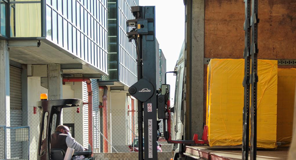 Toro cargando camión-mobile