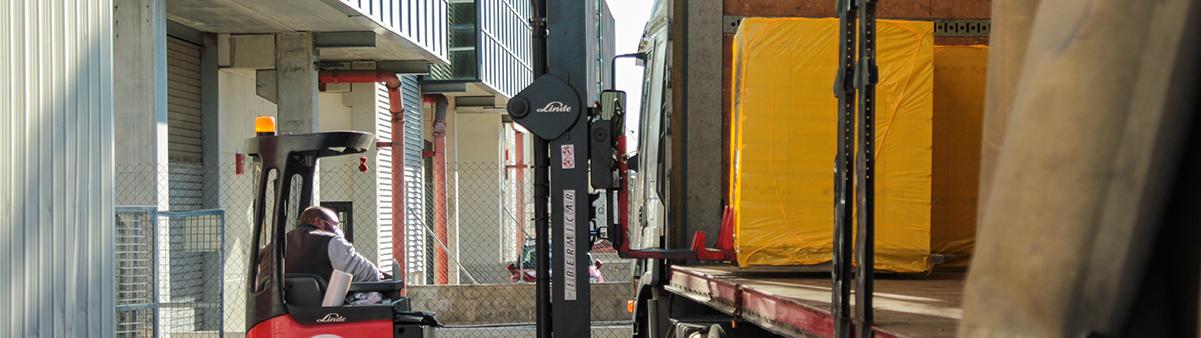 Toro cargando camión